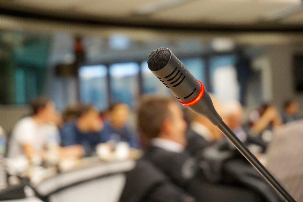 Sala de prensa con un micrófono en primer plano